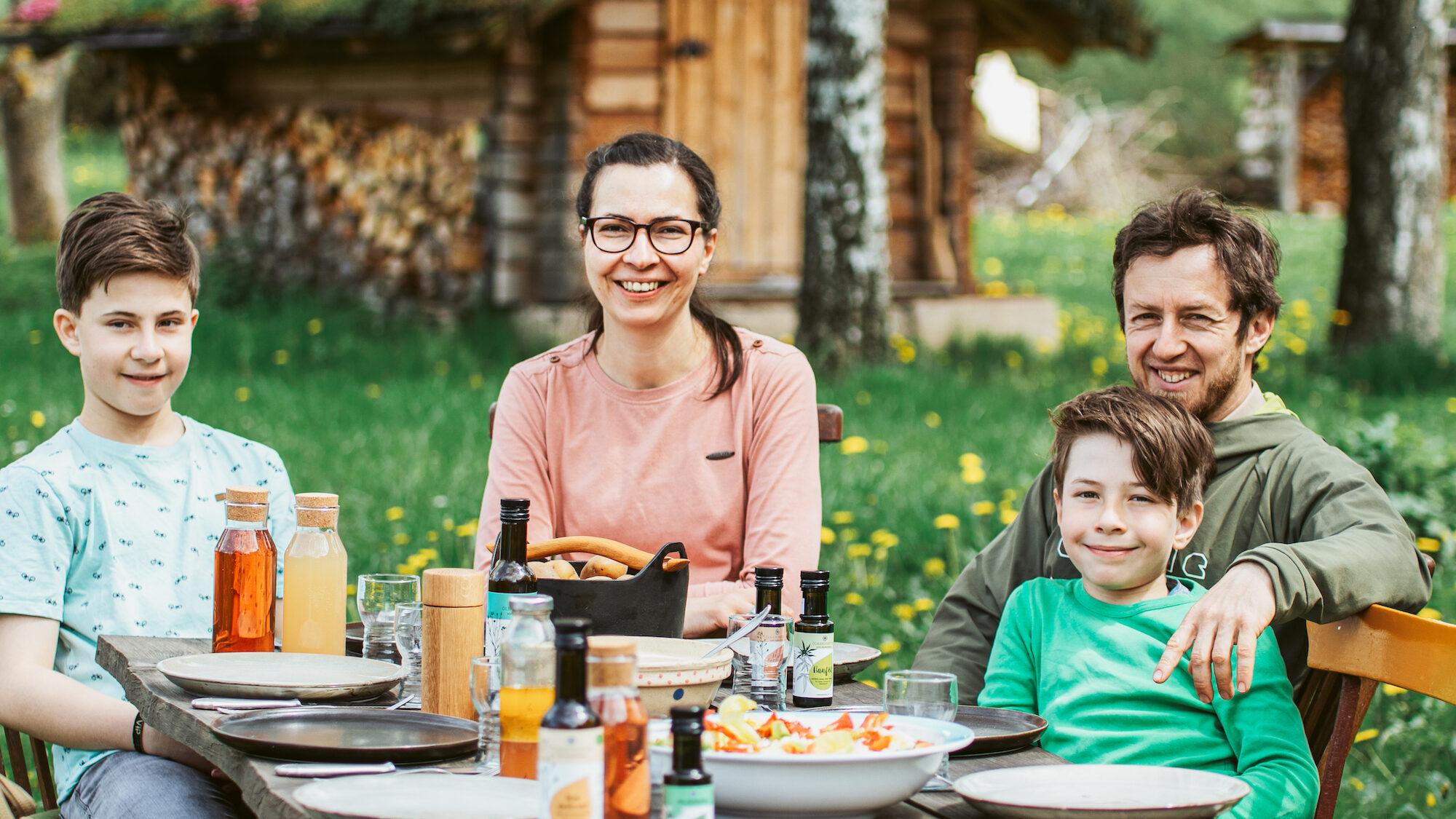 Familie Braun am Tisch