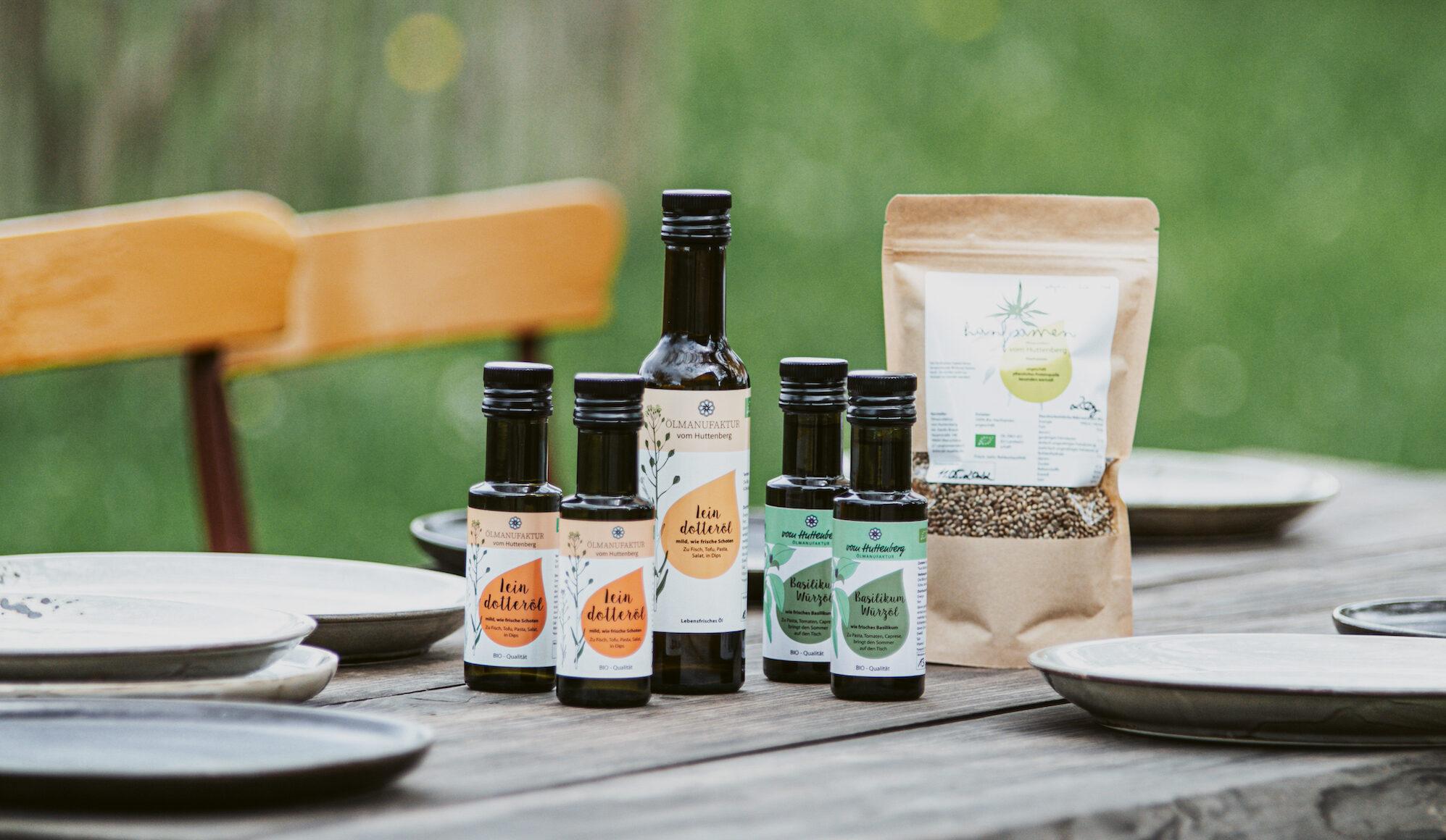Auswahl an Bioprodukten auf gedecktem Tisch