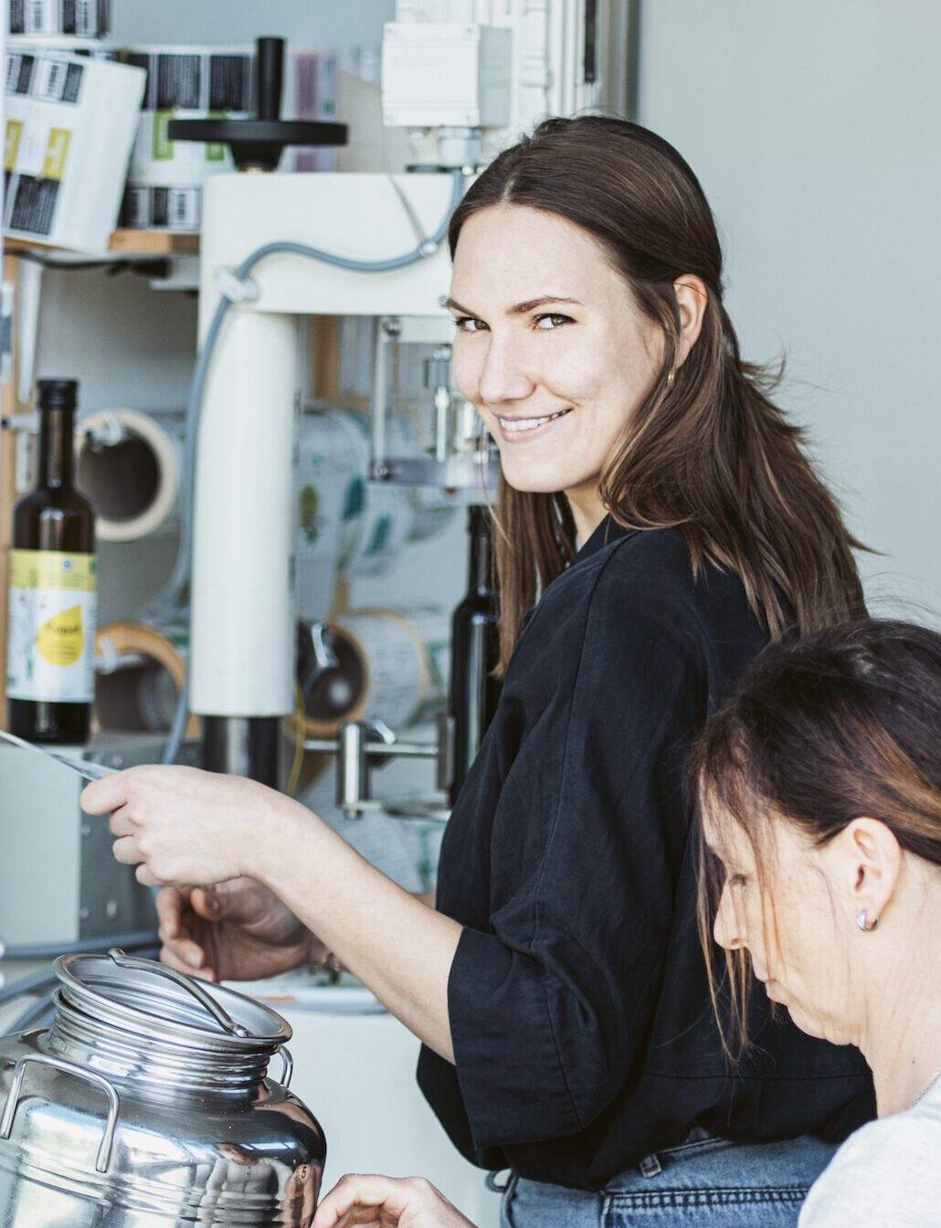 Marketingleiterin Justine Büschel in der Produktion