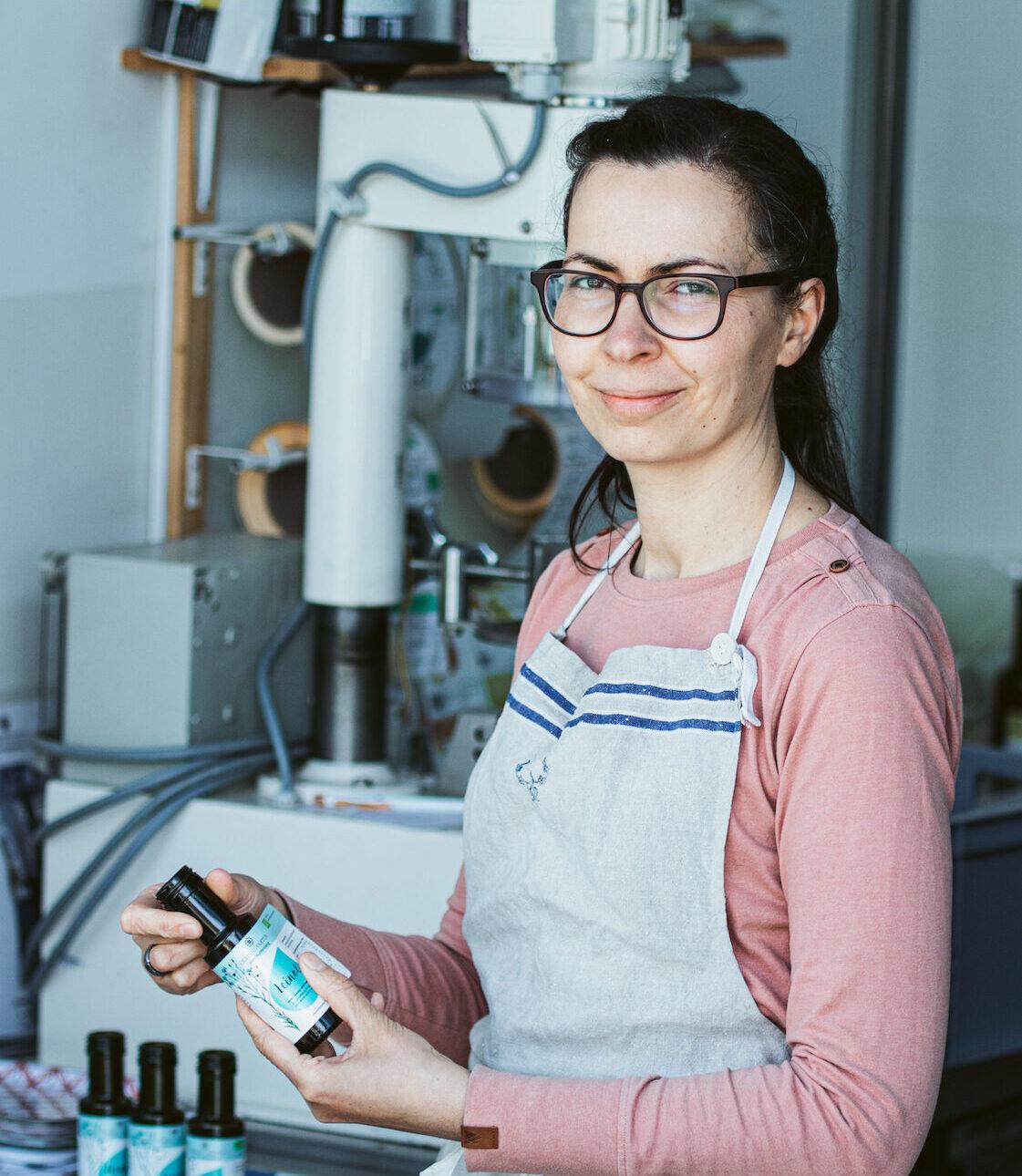 Inhaber Frau zeigt die Produktion von Ölen